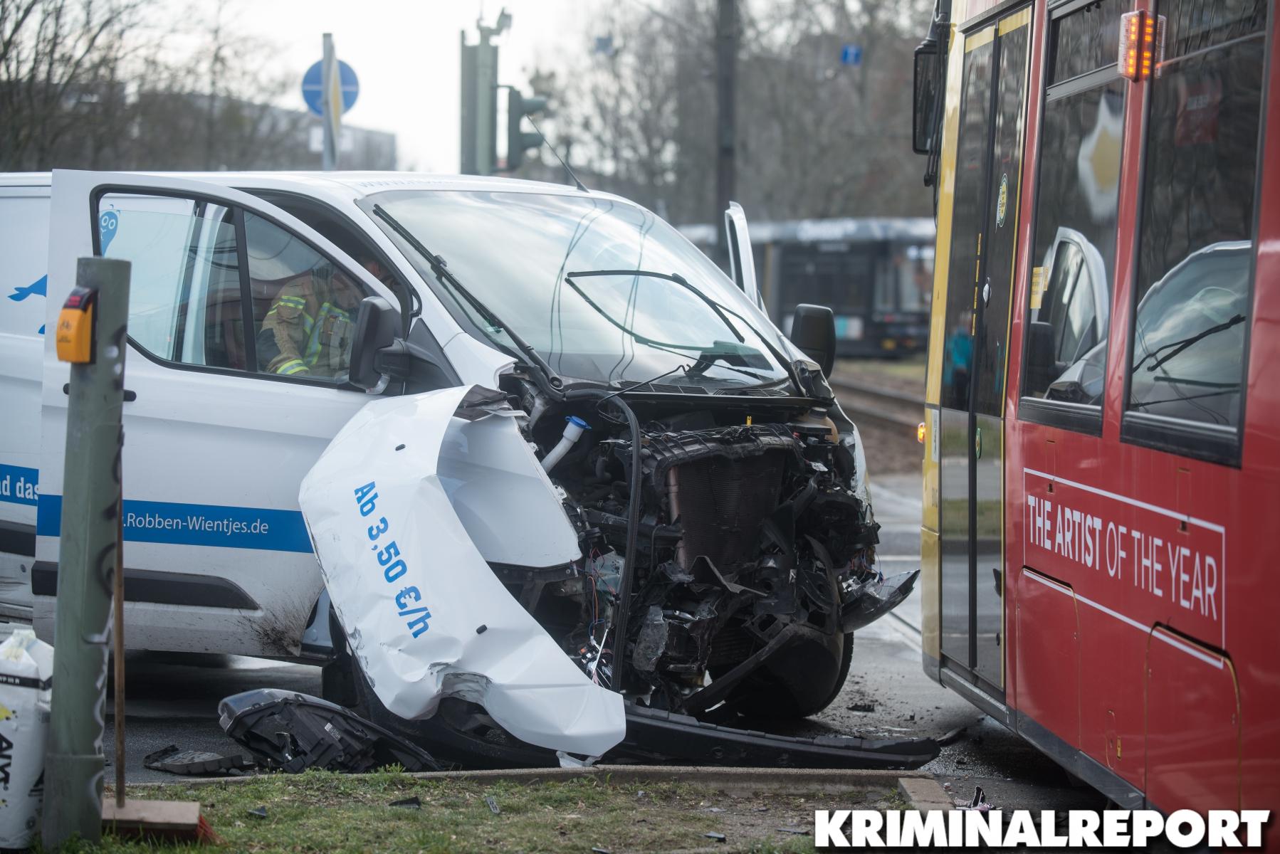 Der Transporter krachte gegen die Straßenbahn.|Foto: DLB