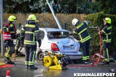 Feuerwehrleute schneiden das Dach des Fahrzeuges ab, um den Fahrer zu befreien.|Foto: DLB