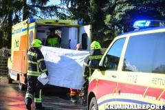 Rettungskräfte versorgen den verletzten.|Foto: DLB
