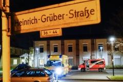 Rettungskräfte vor dem Polizeiabschnitt in der Heinrich Grüber Straße 35.|Foto: FT