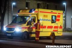 Rettungskräfte vor dem Polizeiabschnitt in der Heinrich Grüber Straße 35.|Foto: DLB