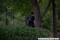 Polizisten suchen die Umgebung nach dem Rucksack ab.|Foto: DLB