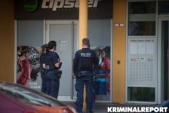 Polizei vor dem Haus.|Foto: DLB