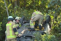 Die Feuerwehr musste den Ford mit einem Kran bergen