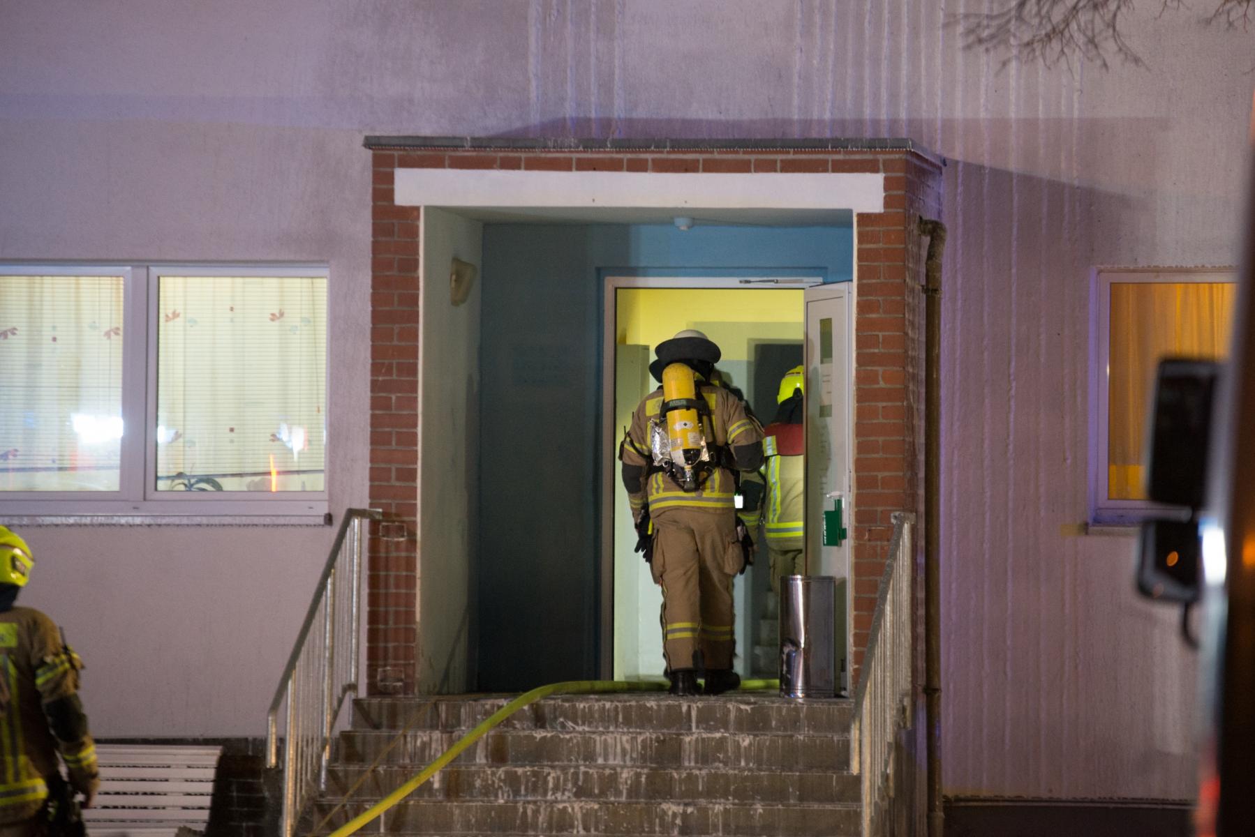 Feuerwehrleute betreten das Haus.|Foto: SLR