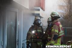 Feuerwehrleute bekämpfen den Brand im inneren des Hauses unter Atemschutz.|Foto: CSH