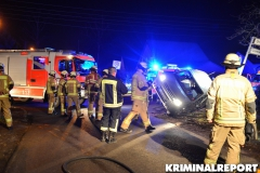 Kameraden der FF Hellersdorf richten den Kastenwagen auf.|Foto: DLB