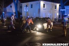 Einsatzkräfte räumen die Unfallstelle.|Foto: CSH