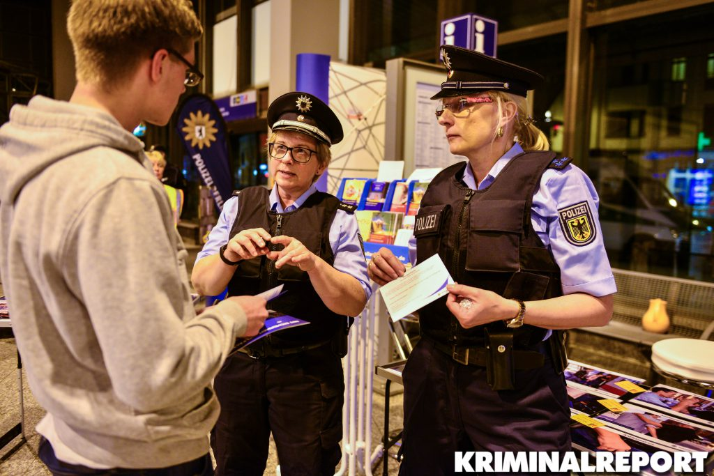 Das Berufs-Beratungsteam der Polizei Berlin beantwortet Fragen rund um das Einstellungsverfahren, die Einstellungsvoraussetzungen, die Ausbildung bzw. das Studium und vermittelt ein realistisches Berufsbild einer Polizeibeamtin/eines Polizeibeamten.