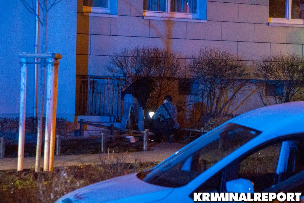 Ermittler der Kriminalpolizei untersuchen die Unglücksstelle vor dem Haus.|Foto: CSH