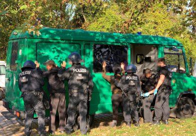 150 Polizeibeamte räumen besetztes Bahngelände in Marzahn