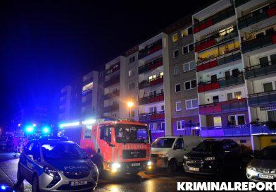Feuerwehr löscht brennenden Kinderwagen