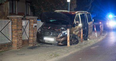 Auto rast gegen Zaun – Fahrer flüchtet