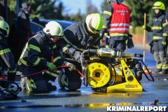 Mit schwerem Gerät musste der Fahrer befreit werden.|Foto: DLB