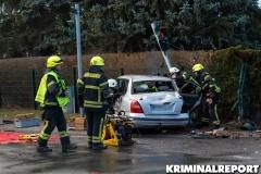 Feuerwehrleute schneiden das Dach des Fahrzeuges ab, um den Fahrer zu befreien.|Foto: CSH