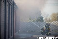 Einsatzkräfte löschen die Flammen.|Foto: DLB