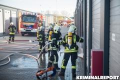 Einsatzkräfte löschen die Flammen. Foto: DLB