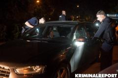 Beamte untersuchen das Fahrzeug auf Hinweise für den Grund der Flucht.|Foto: DLB