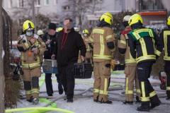 Ein Bewohner wird von der Feuerwehr aus dem Haus gebracht.|Foto: DLB