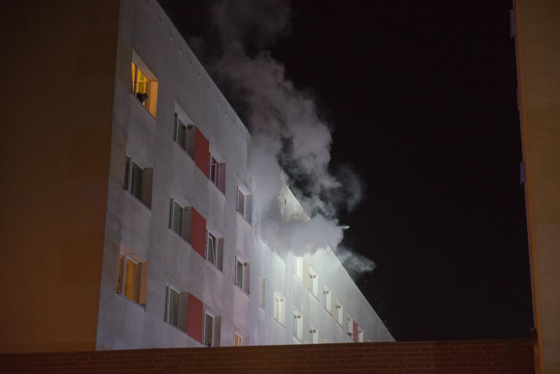 Rauch dringt aus der Wohnung.|Foto: SLR