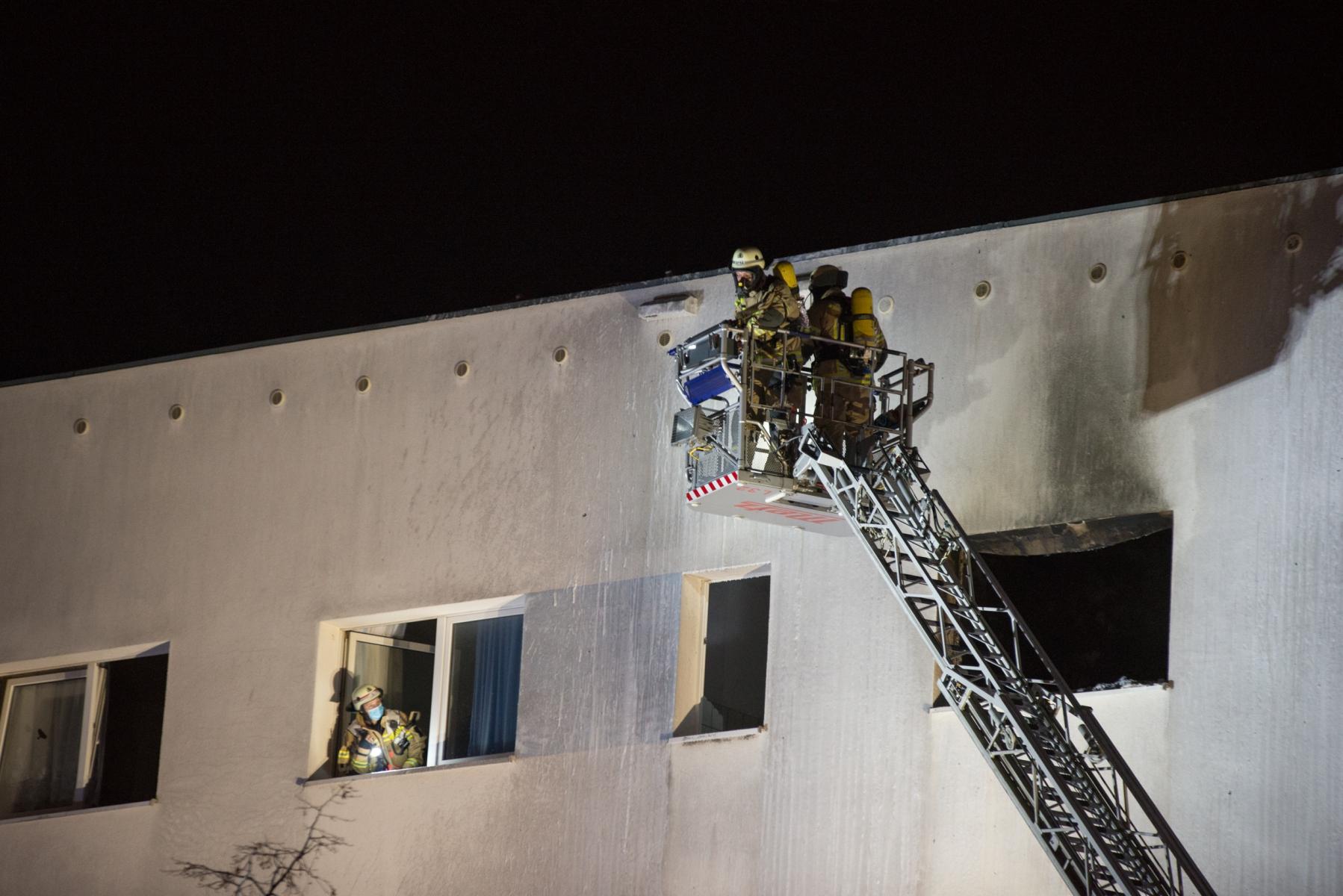 Feuerwehrleute Kontrollieren die Fassade des Hauses.|Foto: SLR