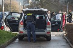 Polizisten durchsuchen mehrere Fahrzeuge.|Foto: DLB