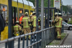 Einsatzkräfte der Freiwilligen Feuerwehr Hellersdorf befreien den Mann.|Foto: DLB