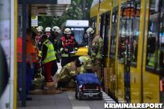 Rettungskräfte und Notarzt versorgen den Verletzten.|Foto: DLB