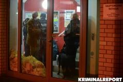 Polizisten in der Eingangshalle.|Foto: DLB