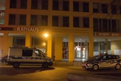 Die Polizei vor dem Rathaus Hellersdorf.|Foto: CSH