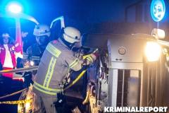 Kameraden der FF Hellersdorf richten den Kastenwagen auf. Foto: CSH