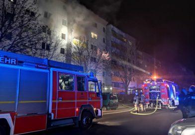 Feuerwehr löscht brennende Wohnung