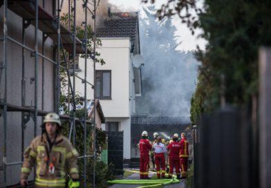 Garagenbrand greift auf Haus über – zwei Personen leicht verletzt