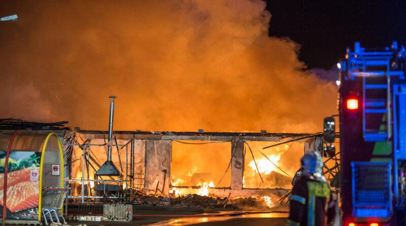 Supermarkt durch Flammen zerstört