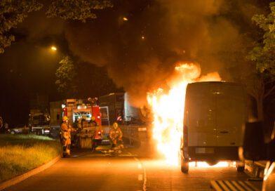 Transporter in Flammen